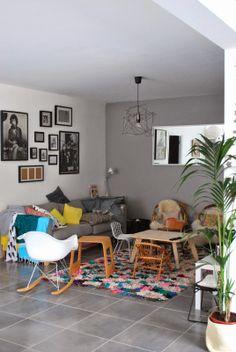 Elegant Carrelage Gris, Mur Taupe, Chaise Eames.