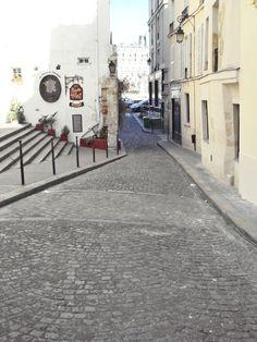 Marquage au sol de l'enceinte gallo-romaine au niveau du 6, rue de la Colombe. Île de la Cité Paris 75004.