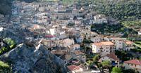"""Civita.El pequeño pueblo fue fundado en 1471 por refugiados albaneses que huyeron de la opresión del gobierno otomano, bajo la dirección de George Castriota Skanderbeg , se asentaron en el barrio de Castrum Sancti Salvatoris sitio de un antiguo monasterio italo-griego destruida en 1456 por un violento terremoto. Huellas de la antigua cultura """"Arbëreshë""""  se puede encontrar en la arquitectura de las casas (recuerde que Civita es también llamada """"la ciudad de las…"""