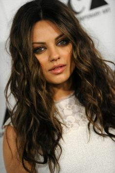 Mila Kunis hair (looks like my niece Tiffany in this photo) -Mari More Más Mila Kunis Hair Color, Mila Kunis Haar, Mila Kunis Makeup, Mila Kunis Style, Mila Kunis Eyes, Wedding Makeup For Brunettes, Wedding Makeup For Brown Eyes, Long Curly Hair, Curly Hair Styles