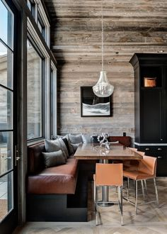 You can find this modern chalet design in the USA. The chalet is located near the ski resort. Kitchen Banquette, Banquette Seating, Dining Nook, Kitchen Nook, Dining Room Table, Kitchen Seating, Kitchen Benches, Chalet Design, House Design