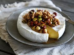 Bakt brie med n& Brie, Camembert Cheese, Tapas, Dairy, Desserts, Food, Inspiration, Tailgate Desserts, Biblical Inspiration