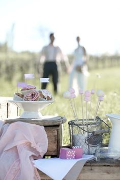 Heiraten im Vintage-Stil: Tipps für ein nostalgisches Fest    In den USA sind schon so einige Trends geboren, die weltweite Erfolge feiern durften. Der neuste Hochzeitsstil greift auf Altbekanntes zurück: Hochzeit im Vintage-Stil. Auch in Europa stößt das Eintauchen in eine vergangene Zeit auf immer mehr Begeisterung. Dabei erstreckt sich der Zeitrahmen von den 1920er bis 1970er Jahren und bringt damit eine Vielzahl kreativer Ideen für eine Hochzeit im besonderen Stil mit sich.