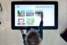 In de Publiekshal van het Stadskantoor staan sinds 9 maart twee Digitafels. Het zijn een soort tablets zo groot als een tafel. En net als op jouw eigen tablet of smartphone, kun je  bij de Digitafels terecht voor webinformatie, foto's, folders en formulieren van Gemeente Etten-Leur. Gemakkelijk, snel en interactief. Dat zijn de kenmerken van onze nieuwste digitale aanwinsten. Nog een voordeel: veel informatie hoeft niet meer op papier meegenomen te worden door onze bezoekers.