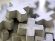 2 Kreuz-Magnete aus Beton