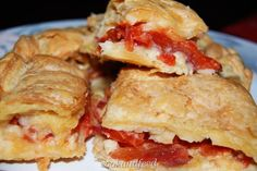 These pizza sliders are great for a potluck or football party. Rolls, Mozzarella cheese, pepperoni, and pizza sauce baked to a warm melty deliciousness. Pizza Recipes, Dinner Recipes, Dessert Recipes, Fall Finger Foods, Pizza Slider, Easy Weekday Meals, Pizza Sandwich, Good Food, Yummy Food