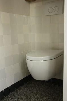 Granito tegels op vloer en witjes op muur
