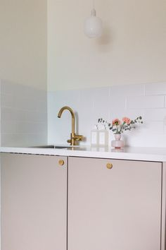 Explore our image gallery of beautiful and distinct kitchens and wardrobes. Unique combinations and tailor-made solutions for your kitchen and your home. Small Places, Blush Roses, Kitchen Colors, Apartment Living, Kitchen Interior, Kitchen Dining, Ikea, Kitchens, Brass