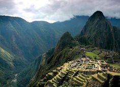 Avete mai provato a fare l'Inca trail? Immaginate di cosa di tratti però! 42 km di trekking lungo l'affascinante percorso fatto di strade e gradini, tanti tanti gradini. Anche i terrazzamenti di Machu Picchu appaiono come grandi scale costruite sul lato della collina. Sono strutture formate da un muro di pietra con un riempimento di diversi strati di materiale.