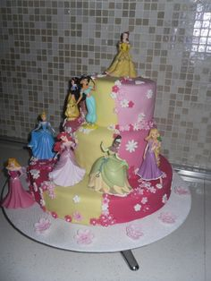 Disney princess birthday cake for girls pink and yellow - torta di compleanno bambina principesse disney gialla e rosa #cakedesign