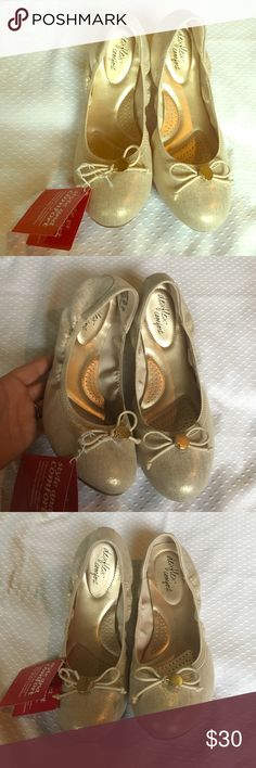 NWT dexflex comfort scrunch flats Gorgeous flats. Metallic gold and cream. NWT. Sz 10W dexflex comfort Shoes Flats & Loafers