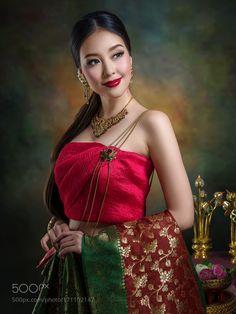 Toktak by Chakrit Chanpen Traditional Thai Clothing, Traditional Dresses, Oriental Fashion, Asian Fashion, Asian Woman, Asian Girl, Pinturas Art Deco, Thai Brides, Thai Wedding Dress