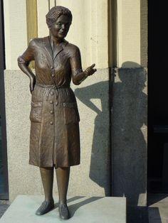 Heidi Kabel bronze statue in Hamburg, in memory of a popular folk-theater actress