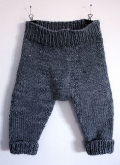 These fast-knitted pants are really warm and cosy. They measure 34 cm from the waist down. The pattern is written below the photos.