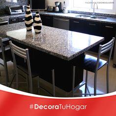Evita saturar de accesorios la barra desayunadora, escoge bancos sencillos y ligeros para dar un toque chic al conjunto. #Decoracion #Cocina #Accesorios