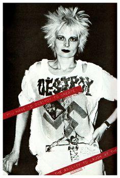 """Vivien Westwood Vivienne Westwood đã giúp cho ra đời thể loại Punk trong năm 1970 . Nhiều thuộc tính đầu của punk đến những năm 80 , nhưng nó thực sự bắt đầu vào những năm 70 với nhiều kiểu dáng risqué Westwood . Vivienne Westwood thiết kế tấn khiêu dâm t -shirts và phong cách khác đã được đặt tên là """" The Queen của Punk """" thời trang của cô ."""