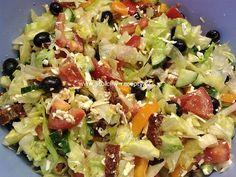 SUROVINY 4 větší rajčata ½ okurky hadovky 1ks žlutá paprika 10dkg sušených rajčat (nejlepší mají na váhu v Albertu) 1 sáček černých oliv (mají v Albertu) 1 sáček zelených oliv s papričkou 1 hlávka ledového salátu 100g balkánského sýra 2-3 polévkové lžíce tmavého balzamikového octa 2 polévkové lžíce olivového oleje sůl dle potřeby  POSTUP PŘÍPRAVY Tento úžasný salát jsem poprvé jedla u svého bráchy Martina, když se vrátil z Malty. Říkal, že si ho tam dával v jedné restauraci a po příjezdu… Feel Fantastic, Strength Training Workouts, Lower Abs, No Equipment Workout, Workout Programs, Pasta Salad, At Home Workouts, Food And Drink, Health Fitness