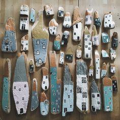 Maisons peintes à la main sur des morceaux de bois flottés par la créatrice danoise Eloeil.
