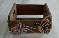 Mini caixote de mdf, decorado com flores de papel, pérolas e aplique de borboleta.