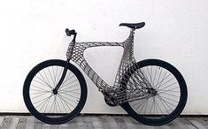 健康やエコのため自転車通勤の人が増えた昨今。 街ではロードバイクからママチャリまで、いろいろな自転車を目にすることが増えましたね。 今回ご紹介するのは、世界初の3Dプリンターで作られた自転車「Arc Bicycle」です。 ・学生チームとプロのコラボ 編みこまれたようなフレームが画期的なデザインは、オランダ最
