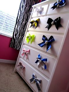 A great way to display your bows! Cheerleading Bedroom, Cheerleading Crafts, Cheerleading Decorations, Cheer Decorations, Cheerleading Hair, Cheer Buckets, Cheer Dance, Dance Bows, Cute Bows