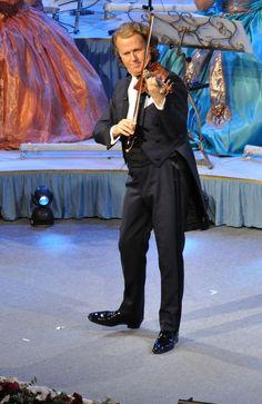 Pertencente a uma família de origem francesa huguenote, André Rieu cresceu ouvindo música erudita: sinfonias, música de câmara e óperas. André Rieu nasceu em 01 de outubro de 1949 na cidade de Maastricht (Holanda), onde viviam seus pais e duas irmãs, desde a mudança de Amesterdã. Seu pai, André Rieu Sr., foi regente da Orquestra Sinfônica de Limburg, na época ainda chamada de Orquestra Sinfônica de Maastricht e da Opera em Leipzig. [1] , fez dos seis filhos músicos.