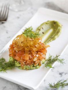 Prepara este delicioso tartar de salmón con aguacate y vinagreta de cítricos, un entrante perfecto para sorprender a tus invitados.