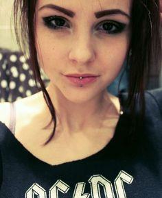 New piercing labret vertical girls Ideas Piercing Implant, Neck Piercing, Philtrum Piercing, Septum Piercing Jewelry, Heart Piercing, Body Piercings, Lower Lip Piercing, Labret Ring, Ashley Piercing