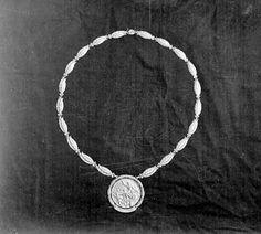 Kultamitaleita jaettiin ensimmäisen kerran vuoden 1904 kesäolympialaisissa. Kolme parasta saa mitallin (kulta, hopea, pronssi) ja kahdeksan parasta kunniakirjan. Kaikki urheilijat saavat kuitenkin muistomitallin. Vielä Vuoden 1912 olympiakisoissa mitali oli täyskultaa.