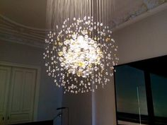 Bubbles in Space! Wir haben letzte Woche einen Leuchter von Lasvit in einer Hamburger Villa montiert. Dafür kam extra aus Tschechien ein Glasspezialist von Lasvit. Es hat 8 Stunden gedauert, bis alle kleinen Glaskugeln an den Schnüren hingen. Jede einzelne wird an der Deckenplatte fachmännisch befestigt.  Das Ergebnis: Bohemian! Wunderschön! Hamburger, Villa, Chandelier, Ceiling Lights, Lighting, Projects, Home Decor, Glass Ornaments, Czech Republic