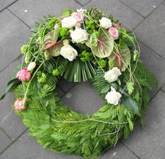 Wonderful Cost-Free Funeral Flowers lilies Concepts No matter if you might be arranging or perhaps visiting, memorials will always be any sad and occasionally str. Flower Wreath Funeral, Funeral Flowers, Bunch Of Flowers, Diy Flowers, Grave Decorations, Garden Projects, Grapevine Wreath, Grape Vines, Holiday Crafts
