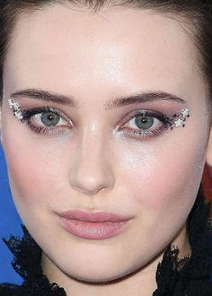 Close-up of Katherine Langford at the 2018 Teen Choice Awards. Haircuts For Medium Hair, Medium Hair Styles, Short Hair Styles, Celebrity Skin, Celebrity Beauty, Makeup Inspo, Makeup Inspiration, Makeup Tips, Rosy Lips