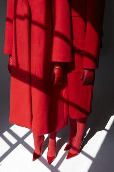 red fashion photography photographer Viviane Sassen all red conceptual fashion photography light and shadow play visual Foto Fashion, Fashion Mode, Red Fashion, Aw17 Fashion, Style Fashion, Fashion Addict, Viviane Sassen, British Journal Of Photography, Rouge