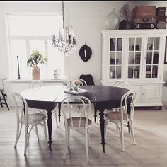 Shabby and Charme: In Svezia a casa di Maria Bentwood Chairs, My Dream Home, Shabby, Dining Table, House Styles, Furniture, Home Decor, Dining Room, Glamour