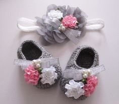 Crochet Baby Booties Silver Ribbon Beaded Flowery Gray Wool Crochet Baby by mymay… Stretchy Headbands, Baby Headbands, Baby Girl Shoes, My Baby Girl, Baby Socks, Baby Hats, Baby Patterns, Crochet Patterns, Crochet Baby Booties