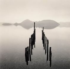 Michael Kenna (nato nel 1953) è un fotografo inglese conosciuto per i suoi inusuali paesaggi in bianco e nero