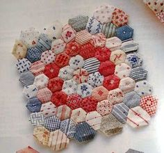 The beginnings of a beautiful hexagon 'Flower Garden' quilt, by Nadine of Friendship Threads Hexagon Patchwork, Hexagon Pattern, Hexagon Quilting, Quilting Projects, Sewing Projects, Miniature Quilts, Mini Quilts, Blue Quilts, English Paper Piecing