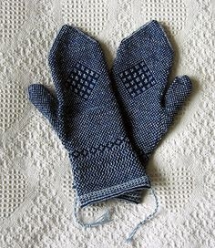 "Tvåändsstickning mittens, pattern by Gun Frisk in the book ""Twined Knitting"" (by Birgitta Dandanell and Ulla Danielsson). Fingerless Mittens, Knit Mittens, Knitted Gloves, Knitting Stitches, Hand Knitting, Knitting Patterns, Mittens Pattern, How To Purl Knit, Pulls"