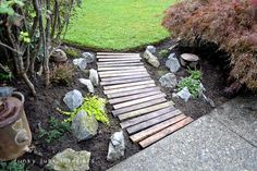 Pallet wood garden walkway- Would be good behind the privacy fence as a walkway to the backyard gate.