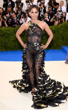 2017 Met Gala: Halle Berry is wearing a sheer Atelier Versace jumpsuit with feathers. This is Halle's first Met Gala and she nailed it! I love the sheer look with the intricate feather detail. Estilo Halle Berry, Halle Berry Style, Gala Dresses, Nice Dresses, Celebrity Red Carpet, Celebrity Style, Fashion 2017, Street Fashion, Hally Berry