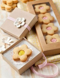 Flower cookies with pretty packaging Cookie Box, Cookie Gifts, Food Gifts, Cookie Favors, Cupcakes, Cupcake Cookies, Sugar Cookies, Jam Cookies, Bakery Packaging