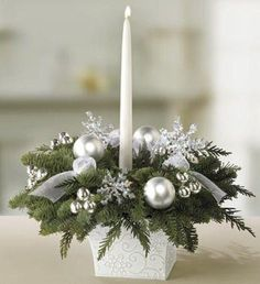 Originelle Weihnachtsdeko-Ideen zum Selbermachen Idées Originales de Déco de Noël à Faire Soi-Même, Snowflake Centerpieces, Christmas Flower Arrangements, Winter Wedding Centerpieces, Christmas Table Centerpieces, Christmas Flowers, Christmas Table Settings, Silver Christmas, Christmas Candles, Christmas Wreaths