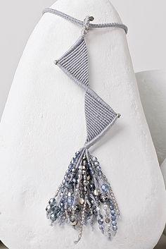 macramè triangoli grigio perla con cascata di cristalli e fili d'argento-particolare