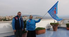 Il console generaIl console generale degli stati uniti sventola la bandiera azzurra.