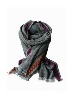 Deze lekker warmegrote wollen sjaalis ook prima te gebruiken als plaid, omslagdoek of als dekentje op de bank.