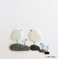 Diese kleine Vogelfamilie symbolisiert Glück, Liebe und Zusammenhalt. Alles, was man sich im eigenen Leben wünscht. Ein passendes Geschenk zur Hochzeit, zum Geburtstag, Muttertag oder zum Valentinstag. Das transparente und hellblaue Strandglas habe ich am spanischen Strand von