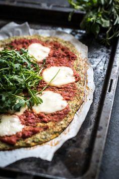 Onze pizzabodem van bloemkool was een succes, tijd voor een variatie op dit veel gelezen recept. Het is een pizzabodem van broccoli geworden en wederom is het resultaat erg lekker! Bekijk hier het recept voor de pizzabodem van bloemkool die we een aantal jaar geleden maakten. Wat je niet moet verwachten is een knapperige bodem...Lees verder