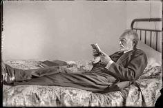 Cándido ANSEDE. Miguel de Unamuno leyendo en su casa de la calle de Bordadores. Salamanca, 1925. (Col. Cándido Ansede. Tatane Ruiz Ansede. Filmoteca de Castilla y León).