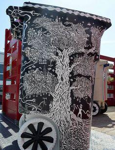 A l'occasion du Coachella & Arts Festival 2012, Global Inheritance a offert à 100 artistes l'opportunités de décorer l'objet que nous croisons surement le plus souvent les rues