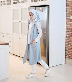 Image may contain: 1 person, standing Spring Outfits Classy, Stylish Outfits, Fashion Outfits, Casual Hijab Outfit, Hijab Chic, Abaya Fashion, Muslim Fashion, Style Hijab Simple, Hijab Style Dress